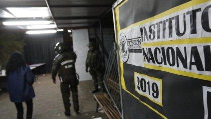 Carabineros reprime con armas y gases lacrimógenos dentro de un colegio chileno