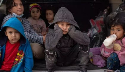 El Gobierno de Biden detiene miles de niños migrantes en la frontera con México
