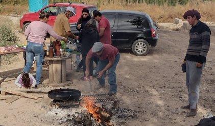 Los cocineros de El Chañar que bancan la lucha de salud de Neuquén