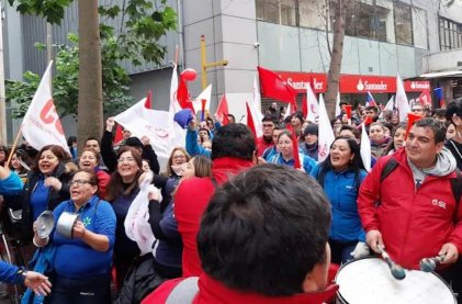 Miles de trabajadores marcharon en la tercera jornada de huelga de Walmart Chile