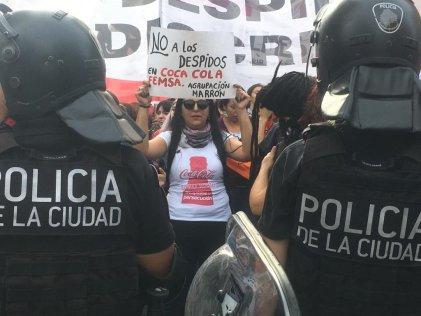 [Video] Tras cortar Corrientes y Callao, mujeres de Coca-Cola y otros sectores marcharon a la Secretaría de Trabajo