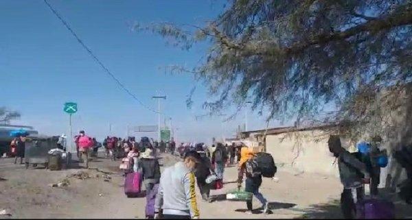 [Video] Bolivianos que iniciaron caminata desde Chile son interceptados por la policía chilena