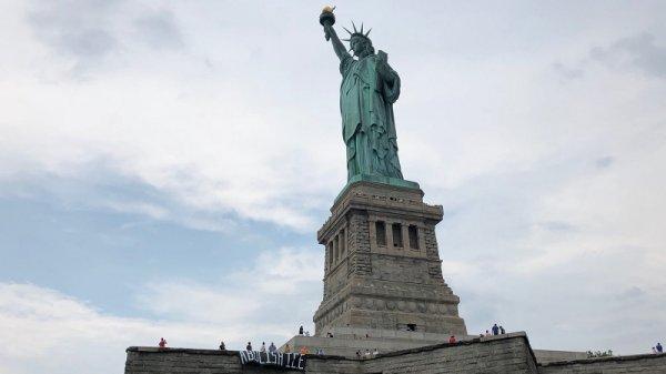 Activistas detenidos en la Estatua de la Libertad por pedir abolición de policía migratoria