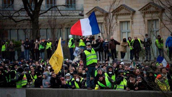 Chalecos amarillos recargados: derribaron la puerta de la oficina del portavoz de Macron
