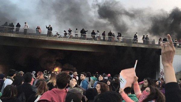 """Jornadas revolucionarias en Chile: Gobierno jaqueado y quiebre del """"consenso"""""""