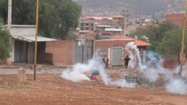 [Video] El Ejército y policías reprimen a la población de Kara Kara en Cochabamba que resiste al golpe